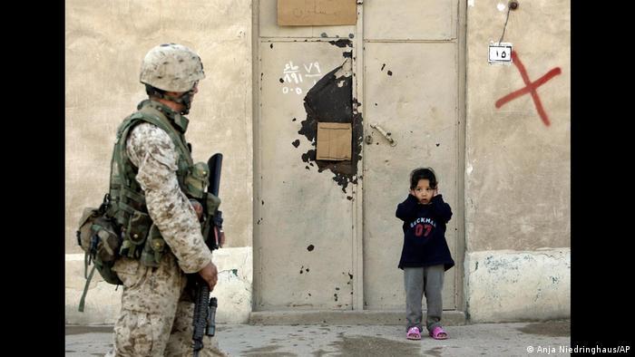 نیدرینگهاوس از سال ۲۰۰۳ تا ۲۰۰۵ تهاجم آمریکا به عراق را با عکسهایش از فلوجه ثبت کرد. او برای نخستین بار موفق شد به عنوان خبرنگار همراه با یک واحد نظامی وارد مناطق بحرانی و پرخطر جنگی بشود. بدین ترتیب او خود را در معرض خطر قرار داده بود، چون عملیات آمریکاییها در عراق بدون موافقت سازمان ملل انجام میگرفت.