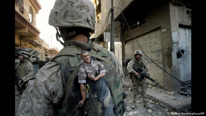 در سال ۲۰۰۵ آنیا نیدرینگهاوس همراه با گروه عکاسان خبرگزاری آسوشیتدپرس، به خاطر گزارشهای تصویریاش از جنگ عراق موفق به کسب جایزه پولیتزر شد که معتبرترین جایزه روزنامهنگاری به شمار میآید. تصویر بالا یک تفنگدار دریایی جوان ایالات متحده را در فلوجه نشان میدهد. این عکس از مجموعه عکسهایی است که درگیریهای خشونتبار خیابانی در شهرهای عراق را به تصویر کشیدهاند.