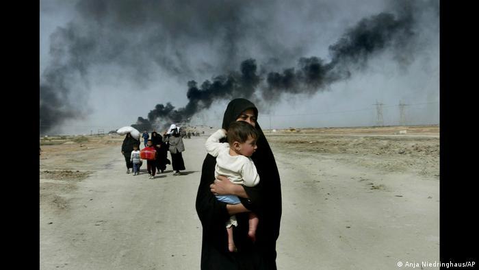 عکسهای موفق او به عنوان تاثیرگذارترین تصاویر مورد تقدیر قرار گرفتند و با همین عنوان در صفحه اول روزنامهها و مجلات سراسر جهان نیز منتشر شدند. برای این موفقیت او میبایست در رقابت با دیگر عکاسان جنگی شرکت میکرد. عکس بالا تصویر یک زن عراقی را در سال ۲۰۰۳ نشان میدهد که همراه با کودکش از بصره میگریزد.