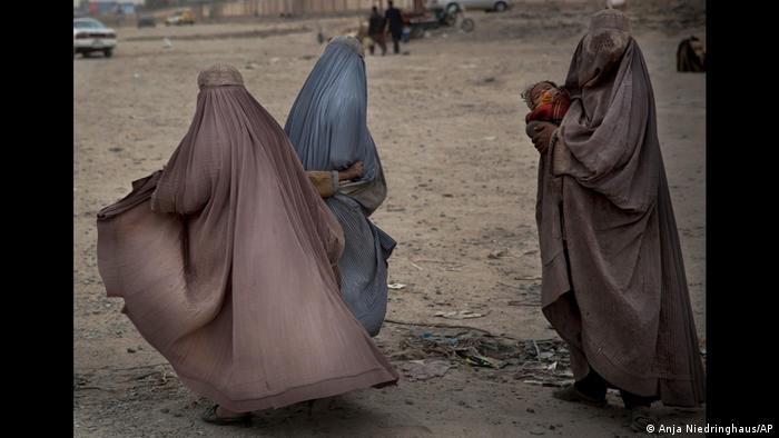 نیدرینگهاوس که از شمال تا جنوب افغانستان را زیر پا گذاشته بود، در یکی از یادداشتهای خود نوشته است: «داستان انسانهایی که ناگزیرند به زندگی خود در مناطق جنگی ادامه دهند، یا اغلب فراموش شده یا ناخوانده مانده است. من با عکسهایم میکوشم به دیگران در درک بهتر زندگی و فرهنگ این انسانها یاری کنم.» عکس بالا تصویری است از سه زن گدا در قندهار.