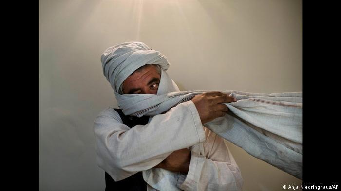 نیدرینگهاوس در افغانستان موفق به ثبت چهره این جنگجوی طالبان نیز شد، عکسی که بیشتر به لحاظ ترکیب هنریاش جالب توجه است. منبع نور در بالا واقع شده که موجب گشته عکس بیشتر یادآور نقاشیهای دوران رنسانس باشد. اما به جای کبوتر سپیدی که در برخی نقاشیهای رنسانس دیده میشود در اینجا جنگجویی را با سربند سپید میبینیم.