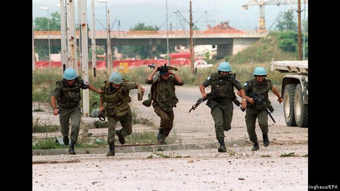 جنگ بالکان در سال ۱۹۹۱ در قلب اروپا آغاز گشت. جنگی که به باور نیدرینگهاوس ، بسیاری از مردم به آن توجهای نداشتند. بالکان در میان کشورهای خارج از مرزهای آلمان منطقهای بود که نیدرینگهاوس بیشترین اوقاتش را در آن به سر آورد، با آنکه در ابتدا، بنابه گفته خودش، محاصره سارایوو توسط شبهنظامیان صرب و ناامنی و زندگی روزانه پرمخاطره برایش طاقت فرسا بود.