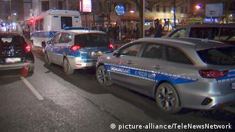 Полицейские машины на улицах берлинского района Нойкельн во время спецоперации ( фото из архива)
