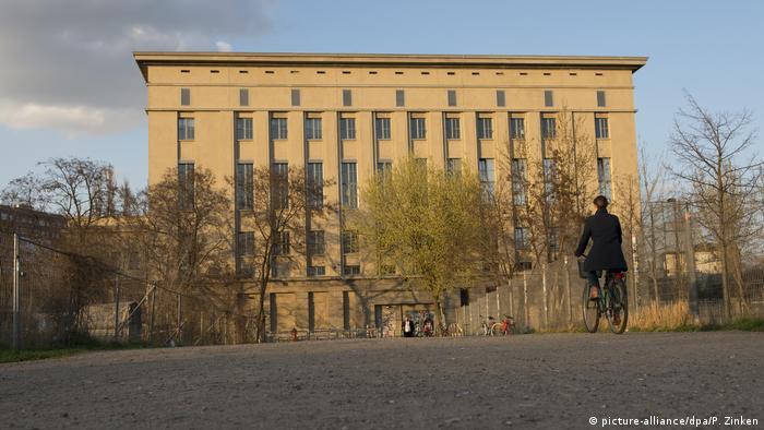 کلاب برگهاین در برلین که شهرتی اسطورهای داشته و از جاذبههای معروف برای طرفداران موسیقی تکنو محسوب میشود، از دیگر مرکز مهم موسیقی است که فعالیت خود را فعلا تعطیل کرده است. مسئولان کلاپ برگهاین اعلام کردهاند که درهای این مرکز دست کم تا تاریخ ۲۰ آوریل امسال بسته خواهد ماند. در یکی از پارتیهای این کلاب که اخیر برگزار شد، دست کم ۱۶ نفر به ویروس کرونا مبتلا شدند.
