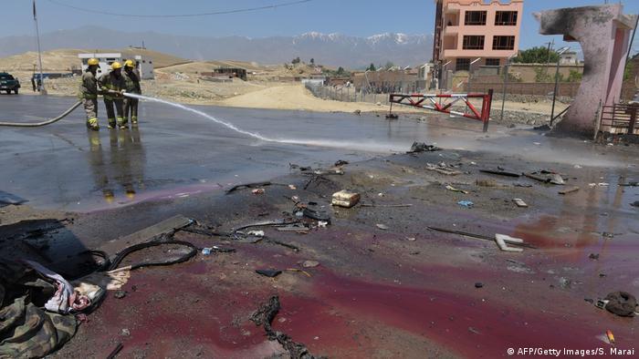 Reinigung einer Straße im Großraum Kabul nach einem Anschlag (Foto: AFP/Getty Images/S. Marai)