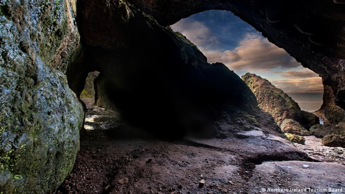 Die dunklen Cushendun Caves in Nordirland dienen als Drehort für Game of Thrones (Northern Ireland Tourism Board)