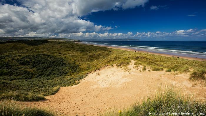 Der sandige Portstewart Strand mit seinen grünen Wiesen im Hintergrund liegt in Nordirland und war Drehort für Game of Thrones (Courtesy of Tourism Northern Ireland)