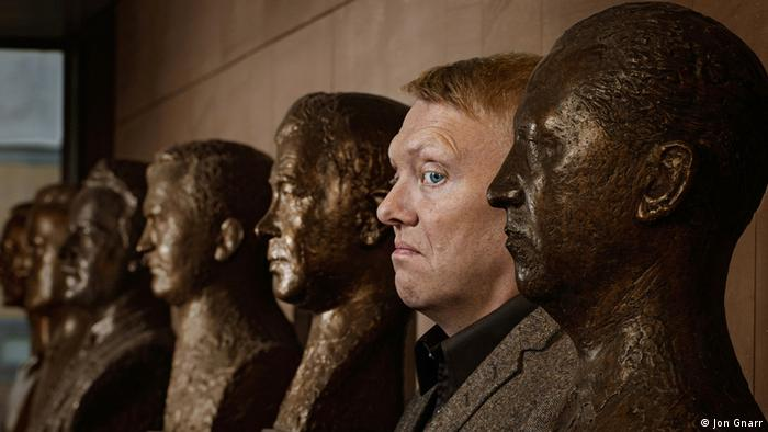 Йон Гнарр в окружении бюстов бывших меров Рейкьявика