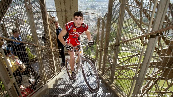 Frankreich Paris - Mountain-Biker bezwingt Eiffelturm in 19 Minuten (picture-alliance/dpa/AFP/Meyer)