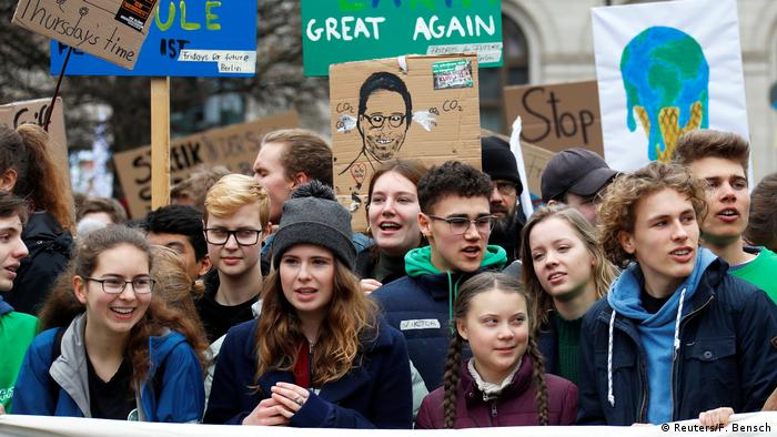 Greta Thunberg (segunda, da dir. para esq.) em protesto em Berlim