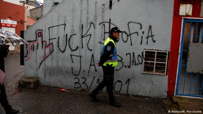 نام کووا دا مورا اغلب با جرم و جنایت و مواد مخدر و معضلات اجتماعی ربط داده میشود. اما نه تنها مردم که پلیس نیز از اتهام اعمال خشونت مبرا نیست. ۱۷ مامور پلیس از جمله متهم به آدمربایی، شکنجهگری و جعل گزارش شدهاند که به دلیل در جریان بودن پروندههایشان، پلیس از دادن اطلاعات بیشتر در این باره خودداری میکند.