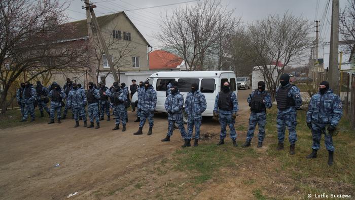 Обшук російських силовиків у будинку кримських татар в анексованому Росією Криму
