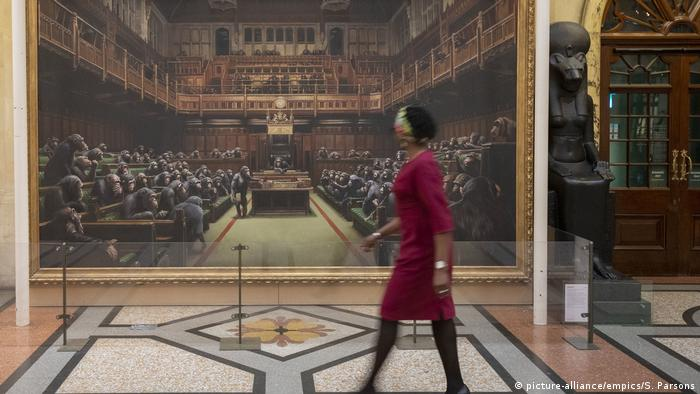 Gemälde zeigt das britische Parlament, in dem statt Parlamentarier Affen sitzen (Foto: picture-alliance/empics/S. Parsons).