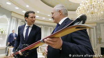 Себастьян Курц подарил Александру Лукашенко лыжи и пригласил в Вену