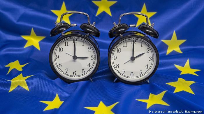Dois relógios representando mudança de horário na UE