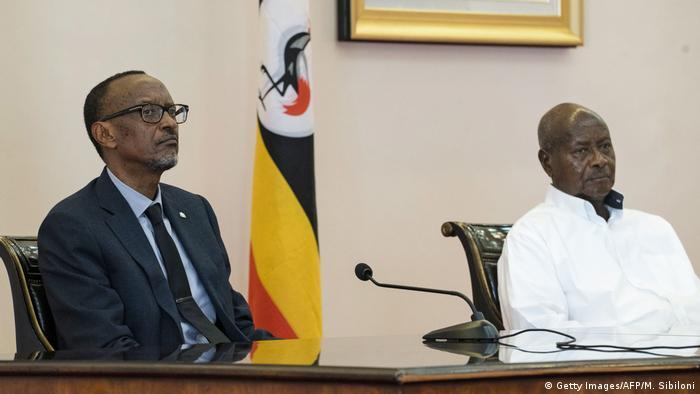 Ugandas Präsident Yoweri Museveni und Ruandas Präsident Paul Kagame bei einem Treffen in Uganda 2018 (Getty Images/AFP/M. Sibiloni)