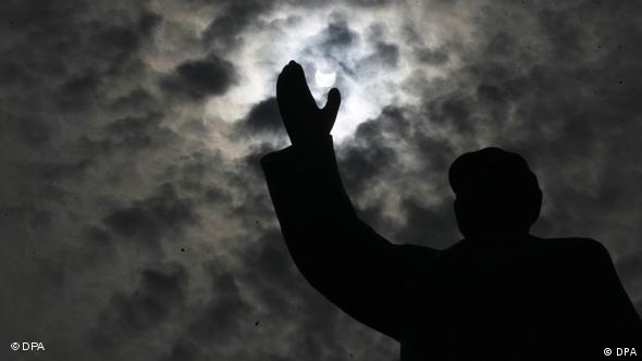 The solar eclipse is seen above a sculpture of Mao Zedong in Wuhan in central China's Hubei province 22 July 2009. EPA/ZHANG ZHI +++(c) dpa - Report+++