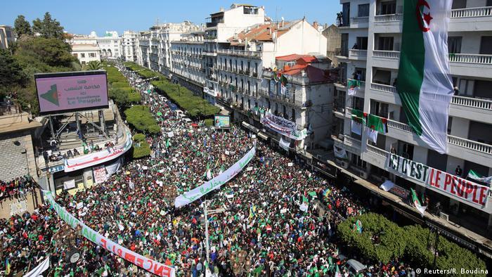 Algerien, Algier: Demonstranten fordern Rücktritt von Präsident Abdelaziz Bouteflika (Reuters/R. Boudina)
