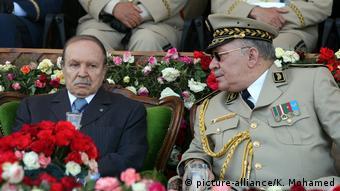 Le général Ahmed Gaid Salah (à droite) en compagnie de l'ancien président Abdelaziz Bouteflika (à gauche) en 1998.