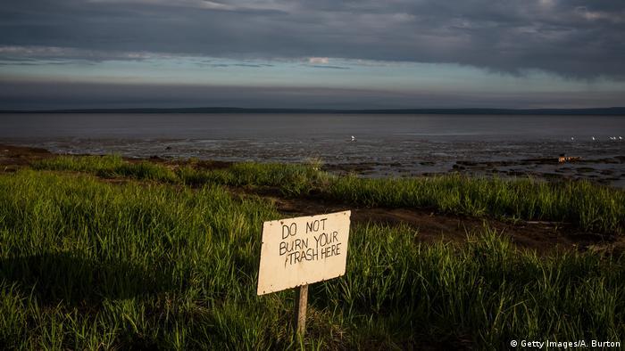 Paisagem de tundra no Alasca, com cartaz Não queime seu lixo aqui