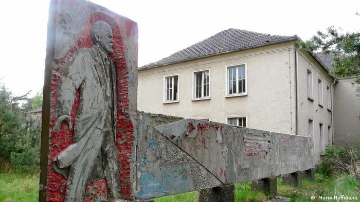 Стелла с фигурой Ленина на территории бывшего военного городка в Фогельзанге