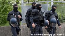 Polizeieinsatz im Flüchtlingsheim Razzia Archivbild Symbolbild