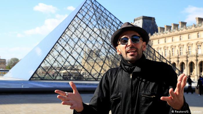 Jean Rene JR Installation Louvre Paris (Reuters/G. Fuentes)