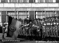 Zum ersten Mal hat die Nationale Volksarmee (NVA) der DDR am 20. Juli 1990 der Wiederstandskämpfer der Deutschen Wehrmacht gegen die nationalsozialistische Gewaltherrschaft gedacht, die am 20.Juli 1944 das Attentat auf Hitler vorbereiteteten und verübten. Im Ministerium für Abrüstung und Verteidigung in Strausberg bei Ost-Berlin wurde 400 angetretenen Berufssoldaten der neu gefaßte Eid abgenommen. Foto: Erich Mehrl +++(c) dpa - Report+++