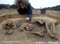 Ein bronzezeitliches Grab aus der Zeit der 3.600 Jahre alten Himmelsscheibe von Nebra legt Grabungsleiterin Karin Schwerdtfeger frei, aufgenommen am Mittwoch (10.12.2008) in Mücheln (Saalekreis). Erst vor kurzem ist in der Nähe von Archäologen ein Mehrfachgrab mit zwei Frauen, drei Männer und zwei Jugendlichen gefunden worden. Das Grab wurde im Zusammenhang mit Grabungsarbeiten entlang der künftigen ICE-Neubaustrecke Erfurt-Leipzig/Halle freigelegt. Seit Beginn der Arbeiten im September entdeckten die Archäologen rund 14.000 Fundstücke, meist Keramikscherben, aus der Steinzeit bis zur Eisenzeit. Die ältesten Stücke stammen aus der 7.500 Jahre alten Linienbandkultur. Foto: Peter Endig dpa/lah +++(c) dpa - Bildfunk+++