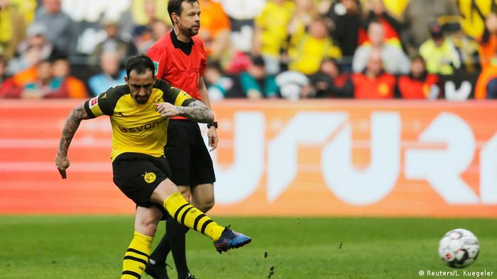 Fußball Bundesliga   27. Spieltag   Borussia Dortmund - VfL Wolfsburg   Tor 1:0 (Reuters/L. Kuegeler)