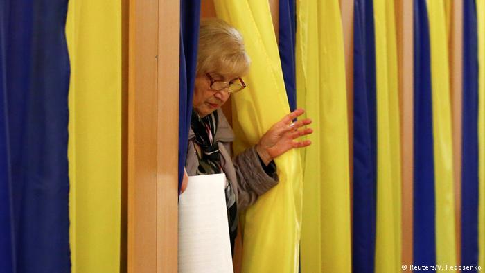 Mulher sai de cabine de votação para presidenciais na Ucrânia