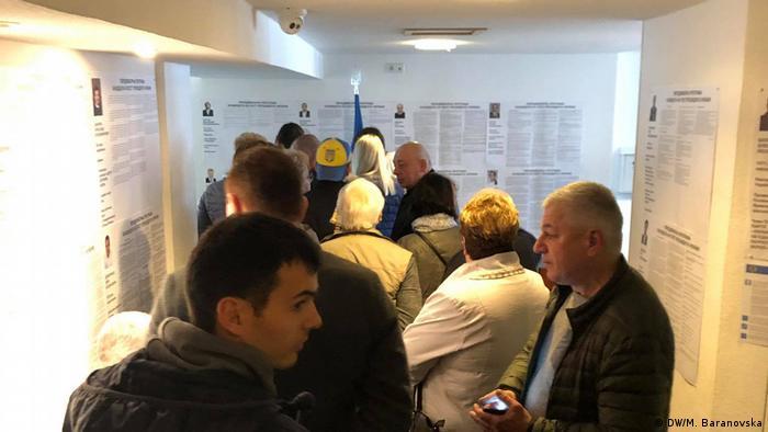 Очередь желающих проголосовать в Генконсульстве Украины в Дюссельдорфе