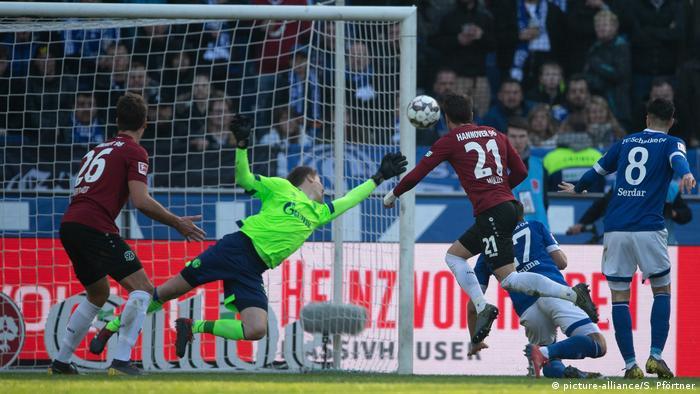 Schalke-Torhüter Alexander Nübel in Aktion