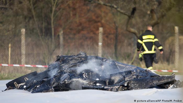 Deutschland Flugzeugabsturz bei Egelsbach (picture-alliance/AP Photo/M. Probst)