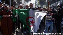29.03.2019, Algerien, Algier: Demonstranten nehmen an einem Massenprotest gegen den algerischen Präsidenten Abdelaziz Bouteflika teil. Die Massenproteste gegen Algeriens altersschwachen Präsidenten und die Führung des Landes gehen weiter. Es war der sechste Freitag in Folge mit Massenprotesten. Foto: Farouk Batiche/dpa | Verwendung weltweit