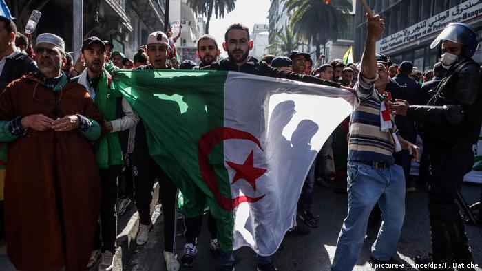 Algerien, Algier: Proteste gegen Algeriens Staatschef (picture-alliance/dpa/F. Batiche)
