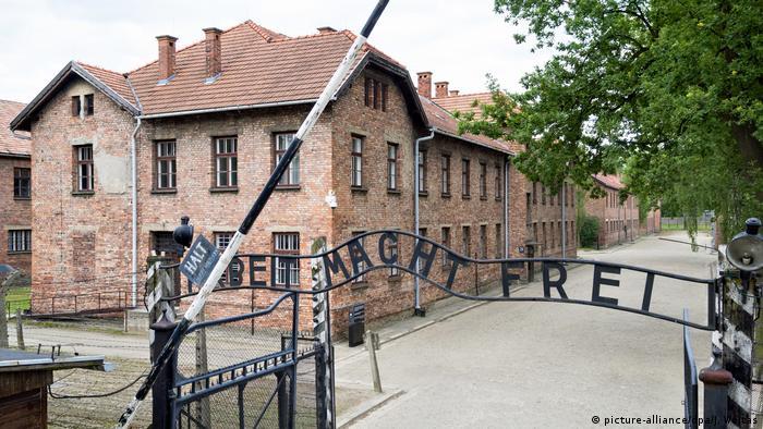 Wejście na teren byłego niemieckiego obozu koncentracyjnego Auschwitz