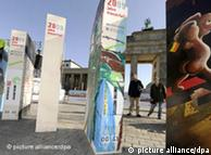 艺术家在勃兰登堡门前竖起象征柏林墙倒塌效应的多米诺骨牌纪念碑