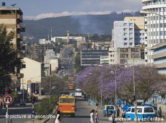 Die Gambia Street und Churchill Avenue führen schnurgerade auf das Rathaus der äthiopischen Hauptstadt Addis Abeba. Aufnahme vom Januar 2007. Foto: Peter Smolka +++(c) dpa - Report+++