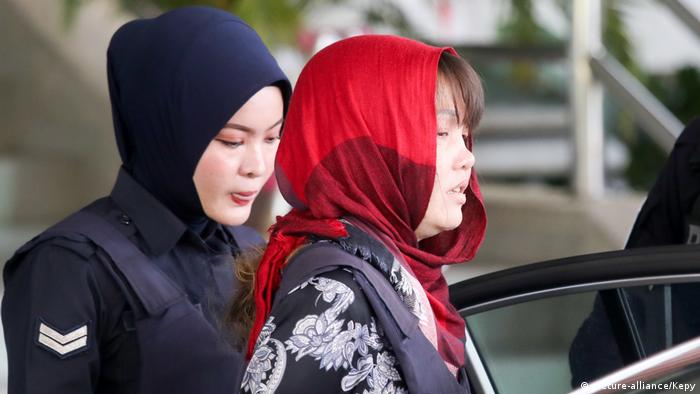 Doan Thi Huog, who was a suspect in the murder the North Korean leader's half brother Kim Jong Nam, is escorted by Malaysian police as she leaves Shah Alam High Court in Shah Alam (picture-alliance/Kepy)