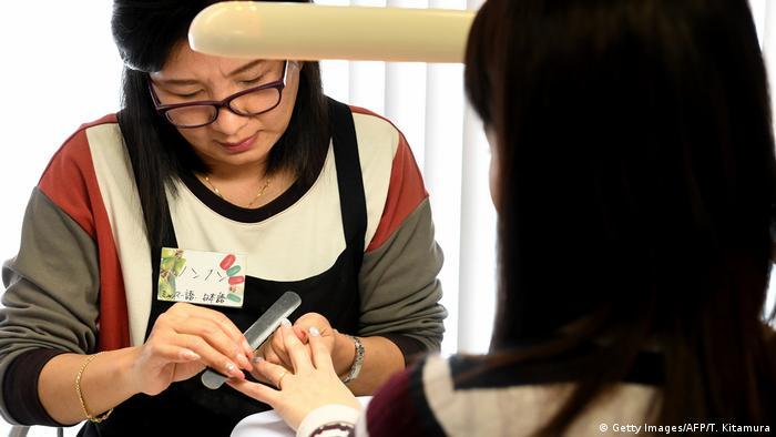 Japan Tokio Flüchtlings-Frau arbeitet in Nagelstudio