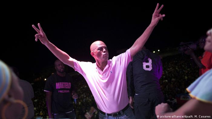 Michel J. Martelly on stage, arms in the air (picture-alliance/dpa/A. M. Casares)