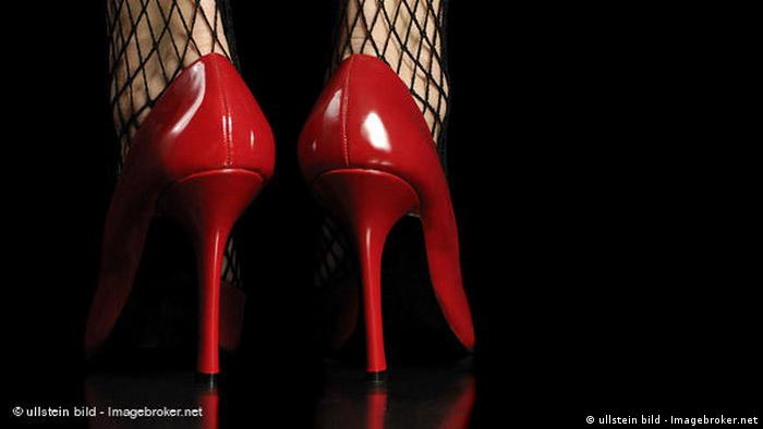 Red high heels seen from the back (ullstein bild - Imagebroker.net)