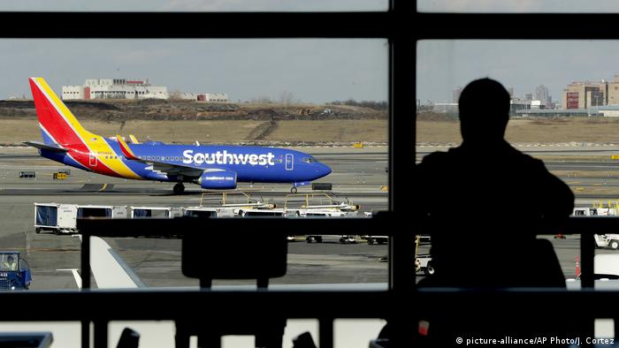 Southwest Airlines jet moves on a runway (picture-alliance/AP Photo/J. Cortez)