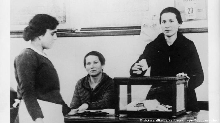Spanien Frauen werden zum ersten Mal in wahlberechtigt (1933) (picture-alliance/Heritage-Images/Docutres-Index )