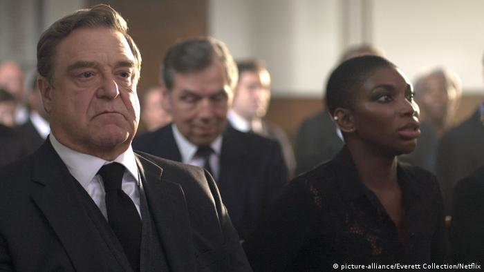 Film scene from Black Earth Rising, with John Goodman as Michael Ennis and Michaela Coel as Kate Ashby (picture-alliance/Everett Collection/Netflix)