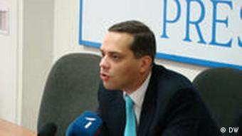 Wladimir Milow spricht während einer Pressekonferenz. Er ist der Leiter des unabhängigen Instituts für Energiepolitik in Russland. (Foto: DW)