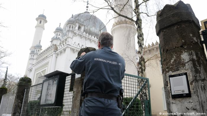 أرشيف: شرطي ألماني أمام مسجد في برلين بعد حادث إضرام نار (الثامن من يناير/ كانون الثاني 2011)