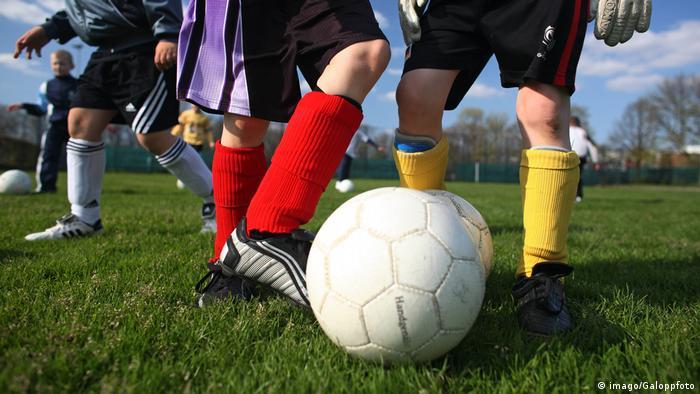Menores jugando al fútbol