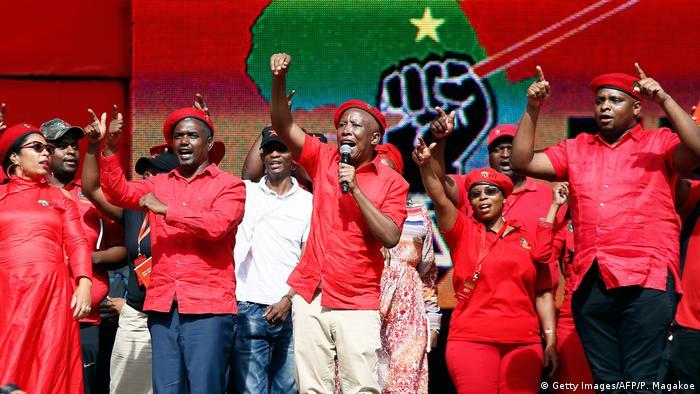 9a4ce9d46 Julius Malema (centro): Não somos contra os brancos, apenas contra  privilégios brancos
